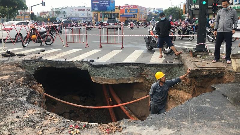 Hố tử thần 'khủng' xuất hiện giữa giao lộ ở Gò Vấp - ảnh 3