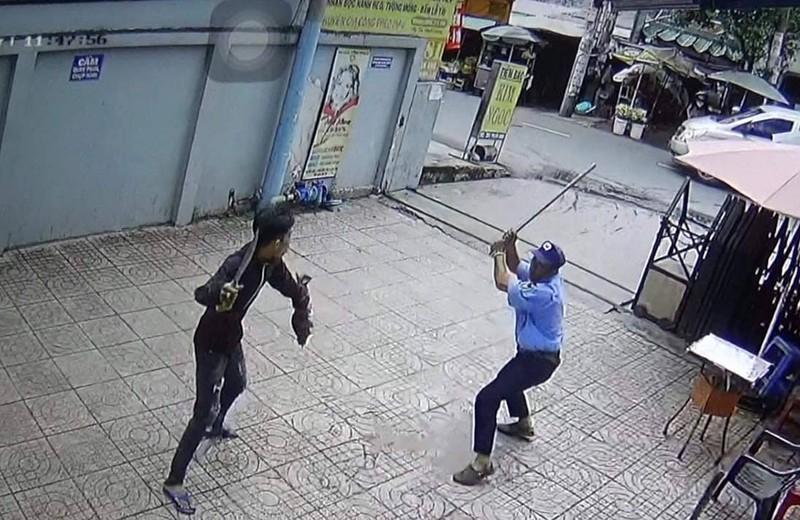 Truy bắt thanh niên vung dao chém bảo vệ trọng thương - ảnh 1