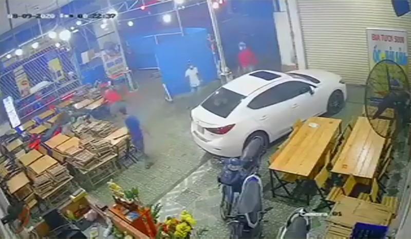 Nhóm giang hồ đập phá quán nhậu, chém nhân viên ở Gò Vấp - ảnh 1