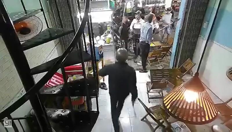 10 người dùng hung khí đập quán trà sữa ở Bình Tân - ảnh 1