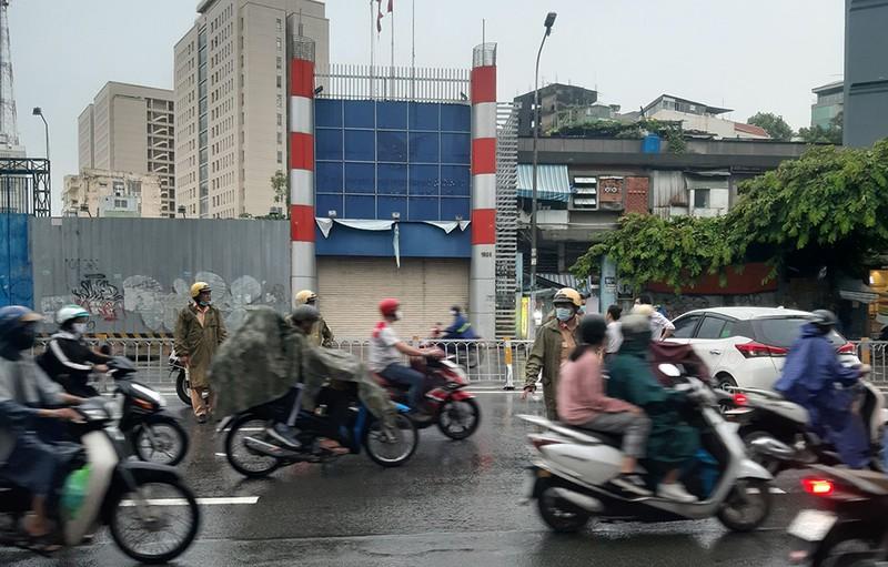 Nữ tài xế tông ô tô vào dải phân cách trên đường Nguyễn Văn Cừ - ảnh 1