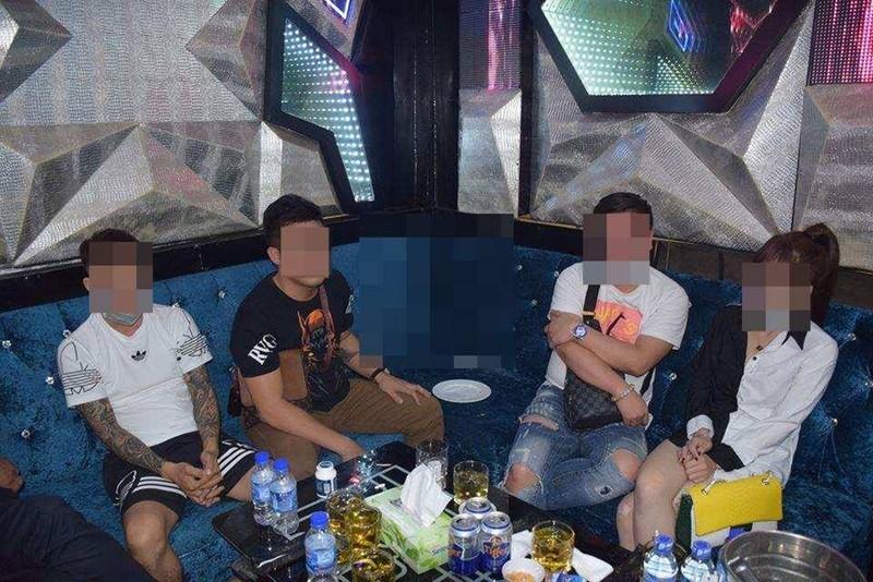 Nhóm nam nữ thanh niên 'phê' ma túy trong nhà hàng ở quận 1 - ảnh 1