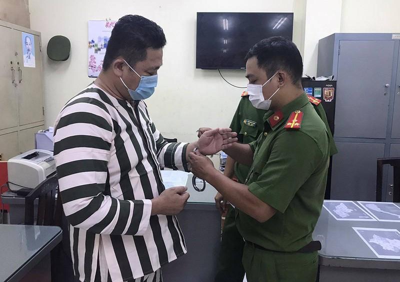 1 giám đốc ở TP.HCM bị bắt vì sản xuất găng tay y tế giả  - ảnh 1