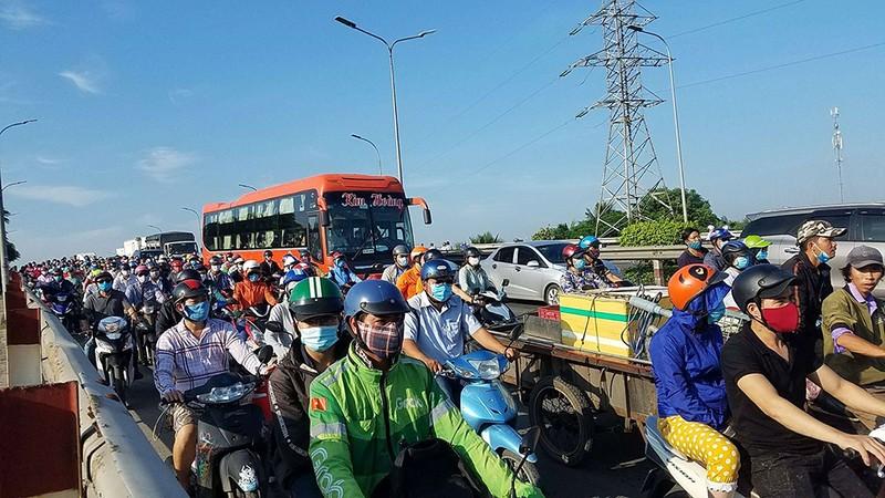 5 xe tông liên hoàn, giao thông qua dốc cầu Bình Điền ùn ứ - ảnh 2
