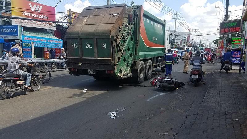 Cô gái bị xe chở rác cán qua chân ở Bình Chánh - ảnh 2