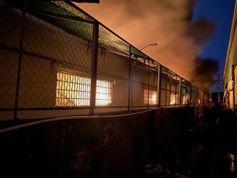10 đơn vị tham gia dập đám cháy lớn ở kho hàng tại KCN Tân Tạo - ảnh 1