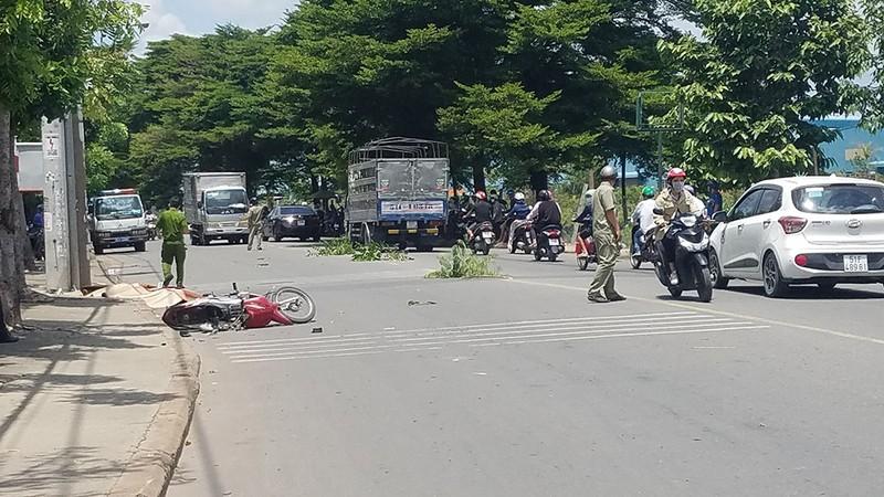 Người đàn ông chết bất thường bên xe máy bể nát - ảnh 1