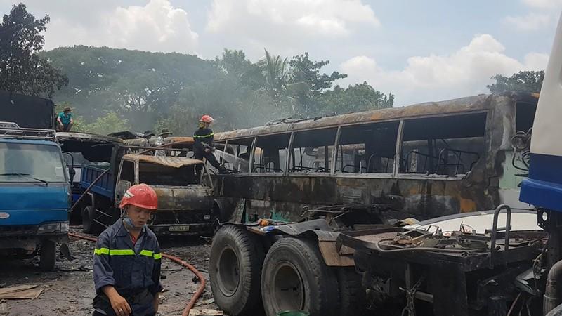 Cháy bãi giữ xe ở Bình Chánh, 11 ô tô bị thiêu rụi - ảnh 2