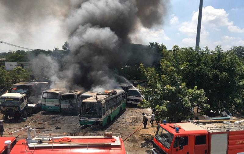 Cháy bãi giữ xe ở Bình Chánh, 11 ô tô bị thiêu rụi - ảnh 1