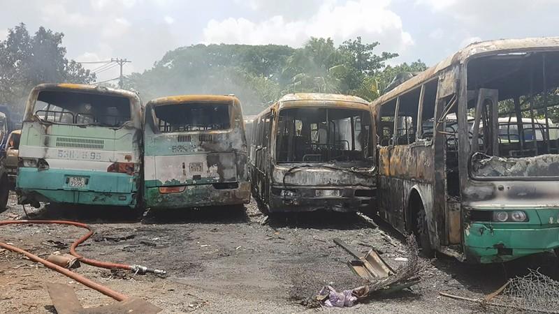Cháy bãi giữ xe ở Bình Chánh, 11 ô tô bị thiêu rụi - ảnh 3