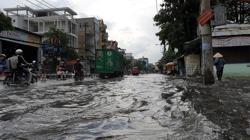 Nhiều tuyến đường ở quận Gò Vấp ngập sau trận mưa lớn  - ảnh 1