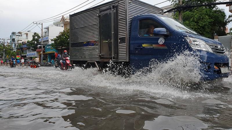 Nhiều tuyến đường ở quận Gò Vấp ngập sau trận mưa lớn  - ảnh 2