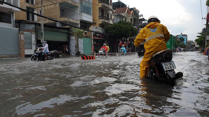 Nhiều tuyến đường ở quận Gò Vấp ngập sau trận mưa lớn  - ảnh 3