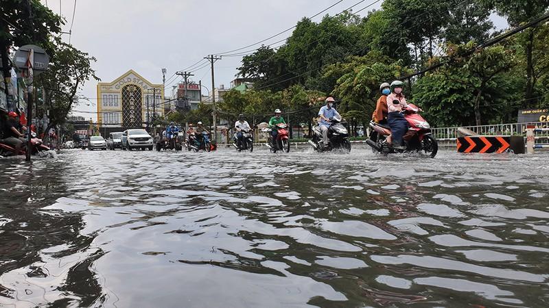 Nhiều tuyến đường ở quận Gò Vấp ngập sau trận mưa lớn  - ảnh 4