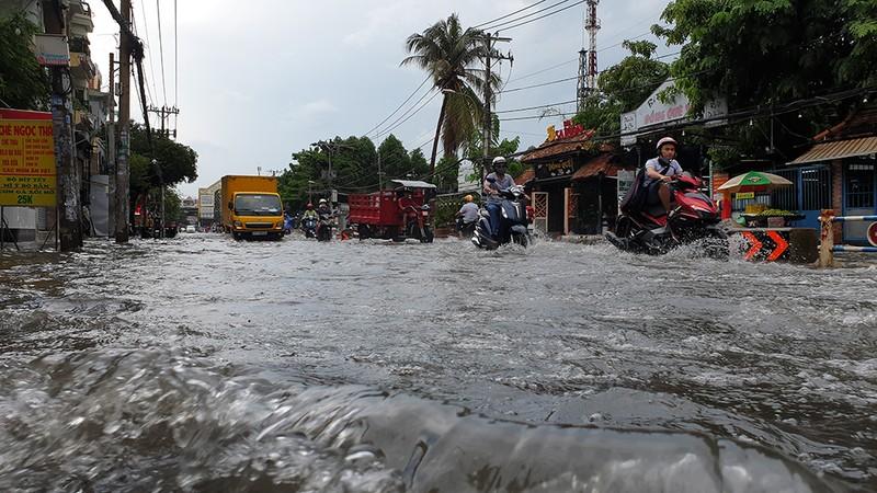 Nhiều tuyến đường ở quận Gò Vấp ngập sau trận mưa lớn  - ảnh 5