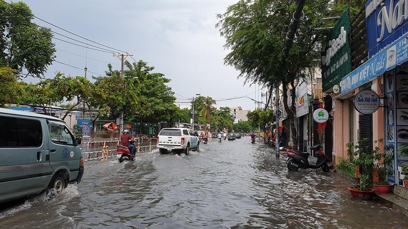 Nhiều tuyến đường ở quận Gò Vấp ngập sau trận mưa lớn  - ảnh 6