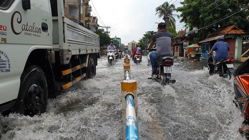 Nhiều tuyến đường ở quận Gò Vấp ngập sau trận mưa lớn  - ảnh 7