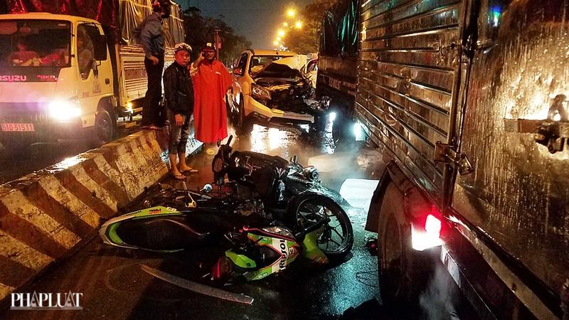 Bình Tân: Ô tô tông nhiều xe chờ đèn đỏ, nhiều người bị thương - ảnh 1