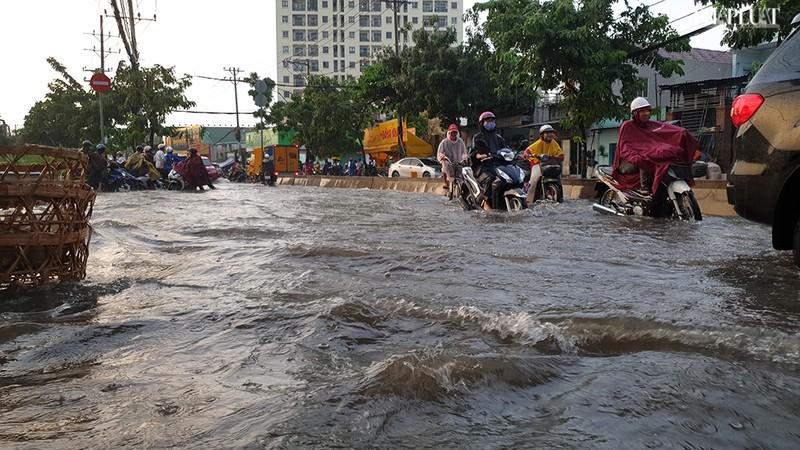 Thủ Đức: Lênh láng nước ở nhiều tuyến đường sau mưa to - ảnh 2