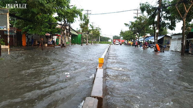 Thủ Đức: Lênh láng nước ở nhiều tuyến đường sau mưa to - ảnh 4