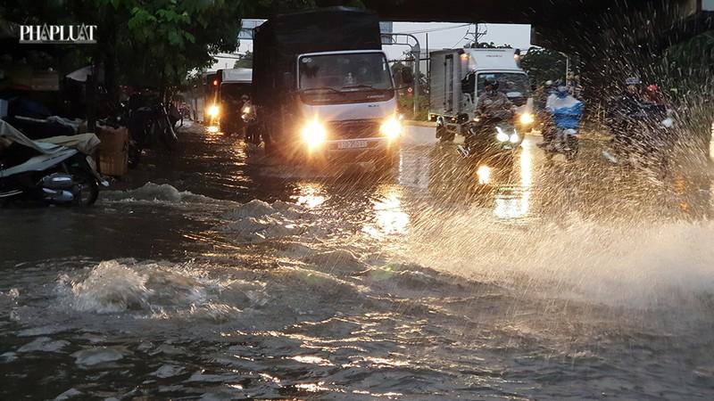 Thủ Đức: Lênh láng nước ở nhiều tuyến đường sau mưa to - ảnh 5