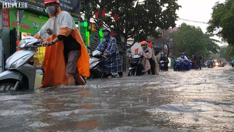 Thủ Đức: Lênh láng nước ở nhiều tuyến đường sau mưa to - ảnh 6