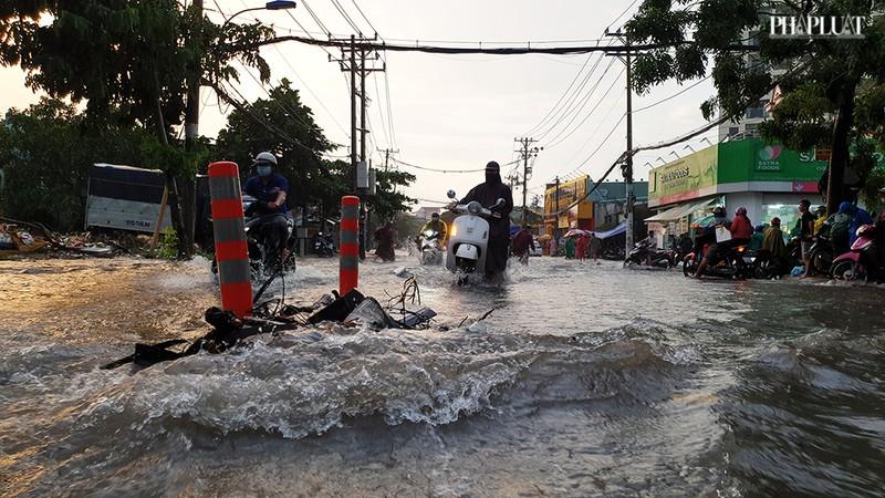 Thủ Đức: Lênh láng nước ở nhiều tuyến đường sau mưa to - ảnh 7