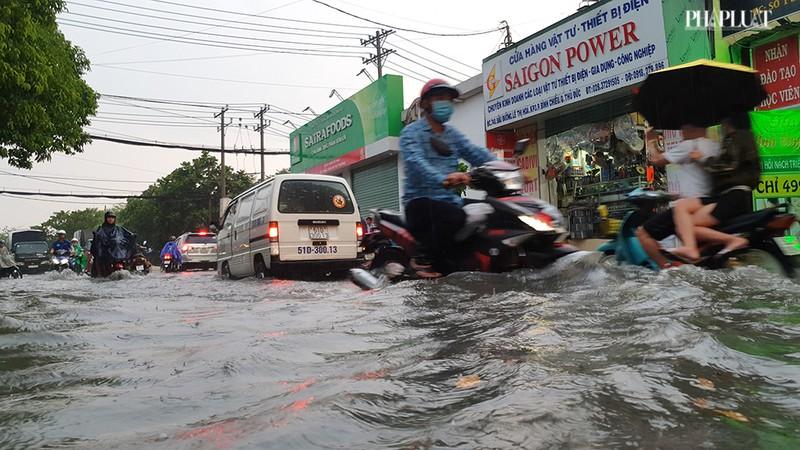 Thủ Đức: Lênh láng nước ở nhiều tuyến đường sau mưa to - ảnh 8