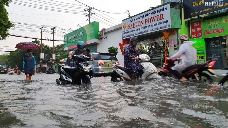 Thủ Đức: Lênh láng nước ở nhiều tuyến đường sau mưa to - ảnh 9