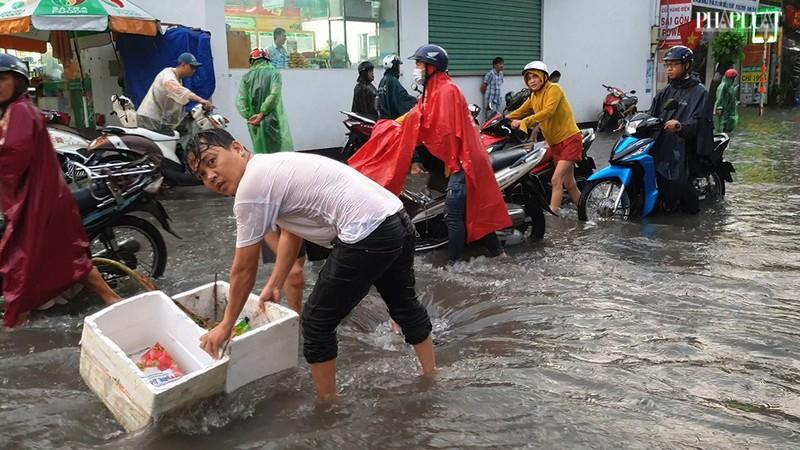 Thủ Đức: Lênh láng nước ở nhiều tuyến đường sau mưa to - ảnh 10