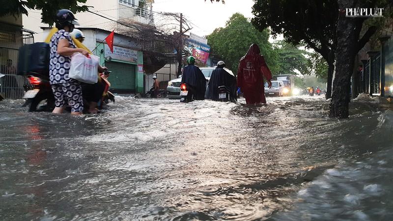 Thủ Đức: Lênh láng nước ở nhiều tuyến đường sau mưa to - ảnh 11