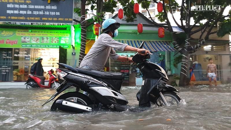 Thủ Đức: Lênh láng nước ở nhiều tuyến đường sau mưa to - ảnh 12