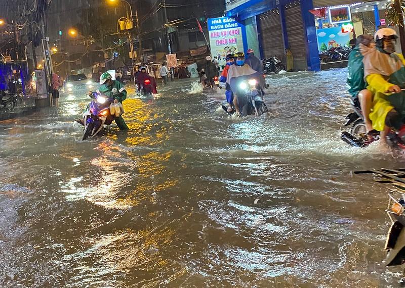 Mưa cực lớn, hàng loạt tuyến đường thành sông  - ảnh 15