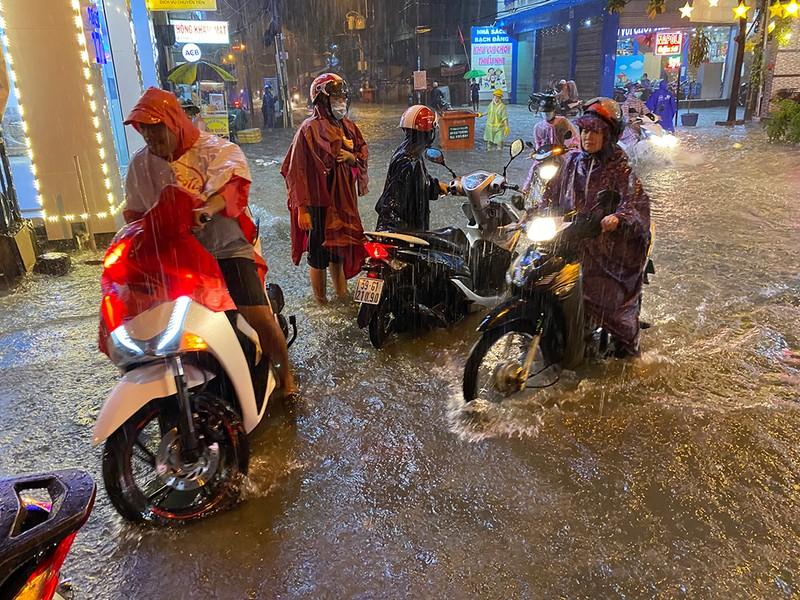 Mưa cực lớn, hàng loạt tuyến đường thành sông  - ảnh 2