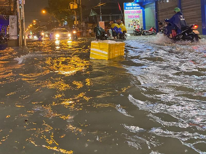 Mưa cực lớn, hàng loạt tuyến đường thành sông  - ảnh 3