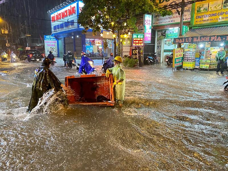 Mưa cực lớn, hàng loạt tuyến đường thành sông  - ảnh 4
