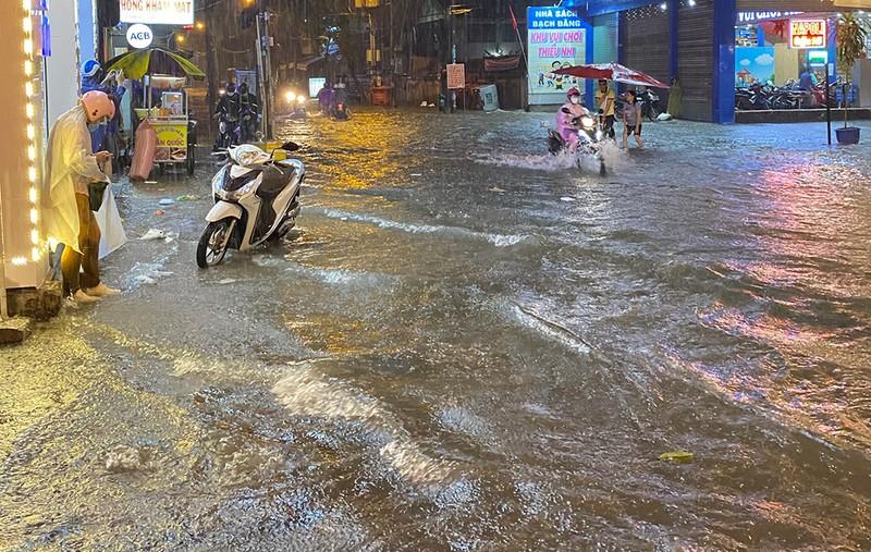 Mưa cực lớn, hàng loạt tuyến đường thành sông  - ảnh 5