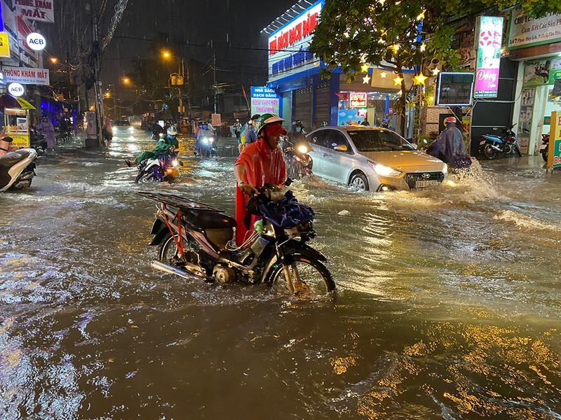 Mưa cực lớn, hàng loạt tuyến đường thành sông  - ảnh 6