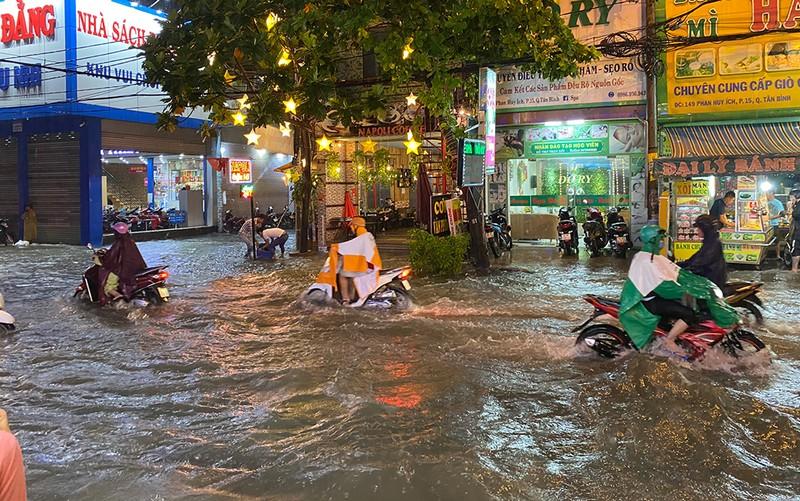 Mưa cực lớn, hàng loạt tuyến đường thành sông  - ảnh 9