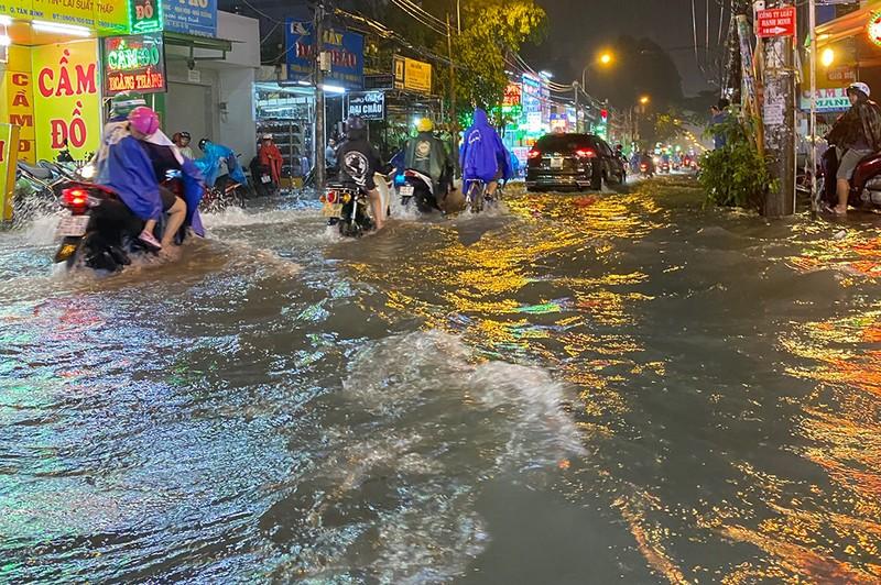 Mưa cực lớn, hàng loạt tuyến đường thành sông  - ảnh 8
