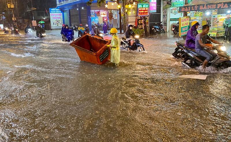 Mưa cực lớn, hàng loạt tuyến đường thành sông  - ảnh 7