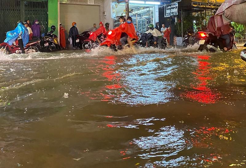 Mưa cực lớn, hàng loạt tuyến đường thành sông  - ảnh 10