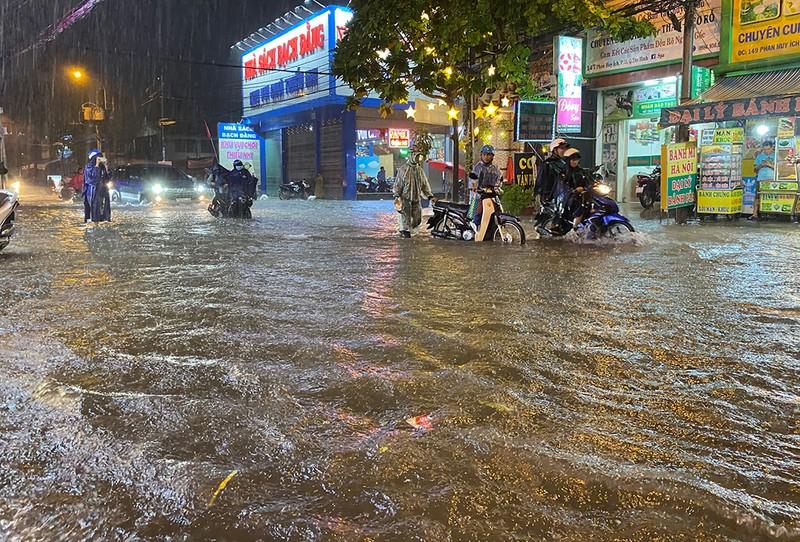 Mưa cực lớn, hàng loạt tuyến đường thành sông  - ảnh 11