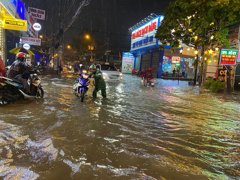 Mưa cực lớn, hàng loạt tuyến đường thành sông  - ảnh 12