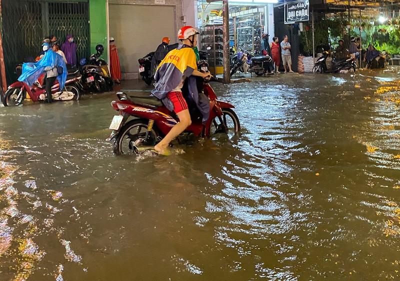 Mưa cực lớn, hàng loạt tuyến đường thành sông  - ảnh 13