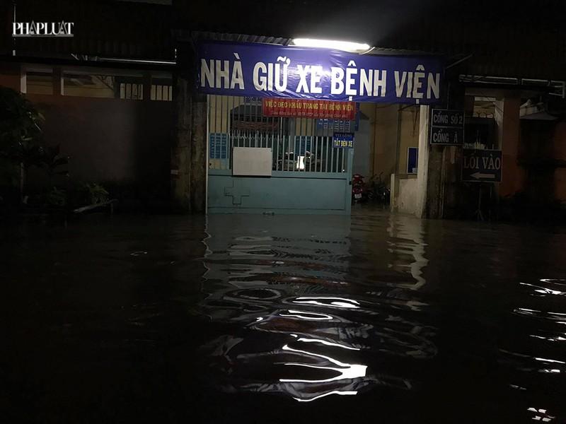 Bệnh viện Hóc Môn ngập nặng, bác sĩ lội nước chữa bệnh - ảnh 4