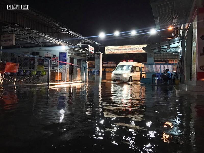 Bệnh viện Hóc Môn ngập nặng, bác sĩ lội nước chữa bệnh - ảnh 1