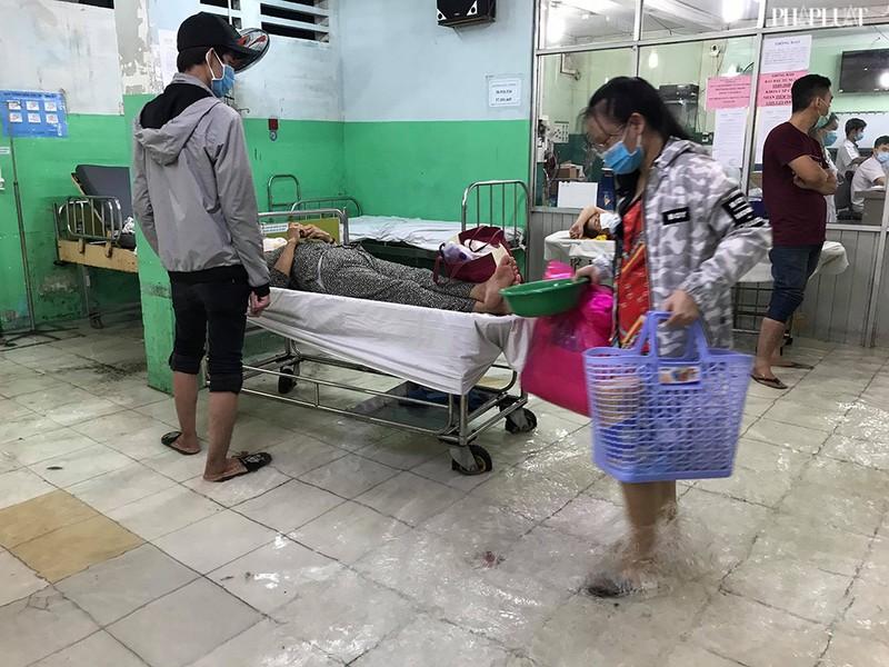Bệnh viện Hóc Môn ngập nặng, bác sĩ lội nước chữa bệnh - ảnh 2