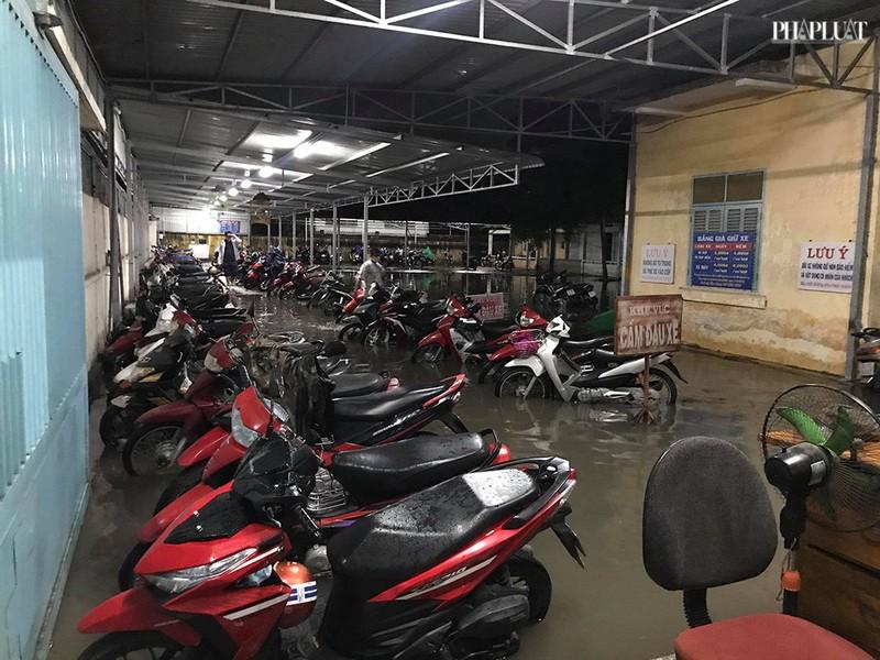 Bệnh viện Hóc Môn ngập nặng, bác sĩ lội nước chữa bệnh - ảnh 6