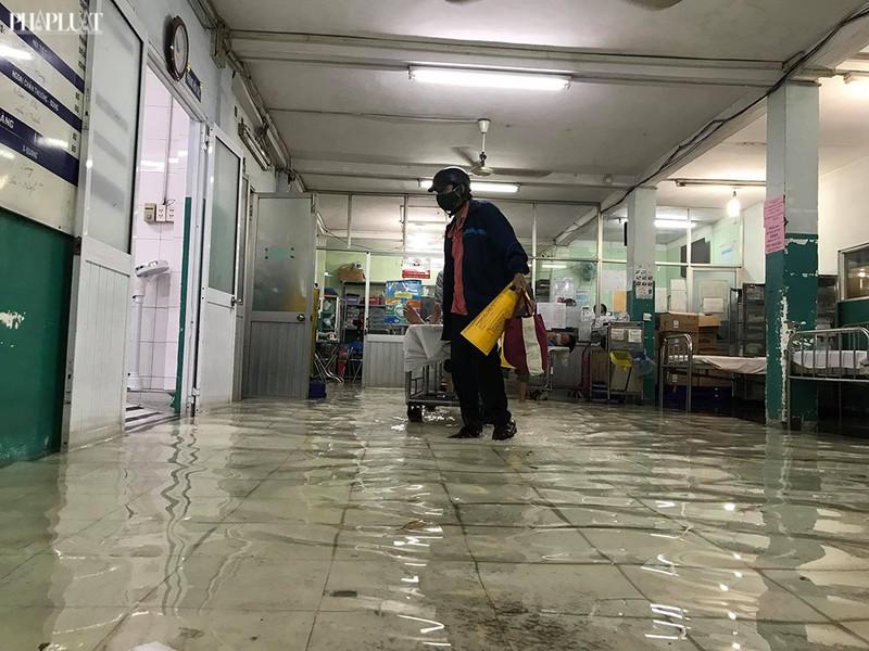 Bệnh viện Hóc Môn ngập nặng, bác sĩ lội nước chữa bệnh - ảnh 7